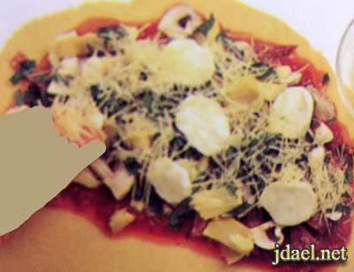 طريقة عمل بيتزا السمبوسة محشية سلامي وفطر بالفرن