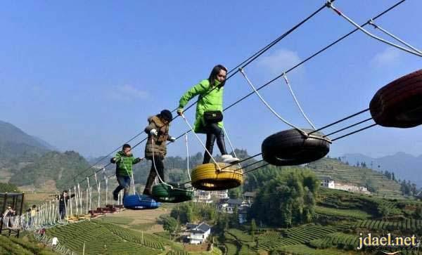 مغامرات مثيره للسياح على جسر حقول الشاي الصين