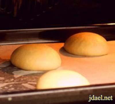 عجينة الخبز المحشي بالبيض وجبن موزاريلا بالفرن