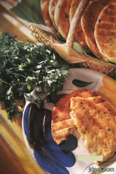 اقراص الخبز بالجبن العكاوي