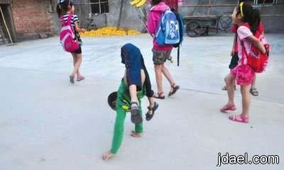 طفل معاق يتحدى الاعاقه بقوة الاراده بالصور