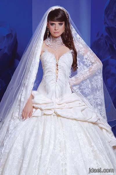 فساتين للعرائس بقماش الدانتيل المطرز وبأروع موديلات الطرح