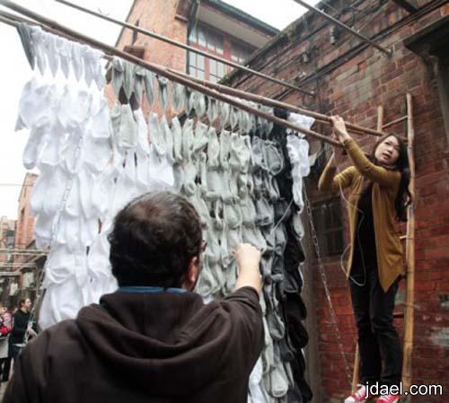 فنانه الصين ترسم بورتريه بالجوارب باللون الاسود والرمادي