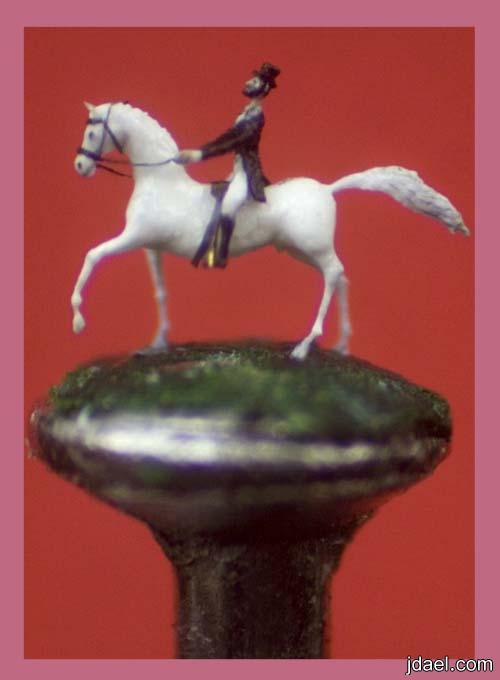 فنان اشتهر بعمل اصغر التماثيل التي يضعها خرم ابره