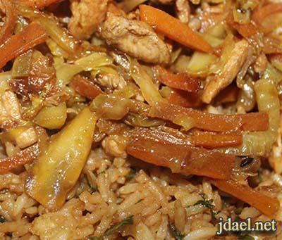 ارز طبقات بالدجاج وصلصة الصويا الحلوه ويزيين بالبيض المقلي