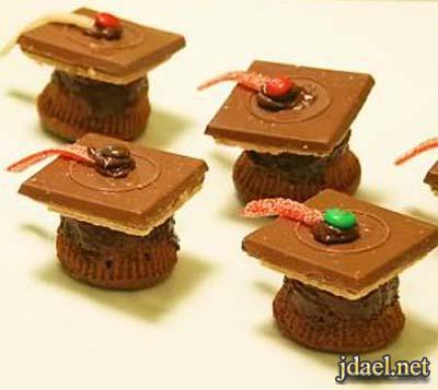 ميني كيك والذ قبعات تخرج بالشوكولاته والكيك الجاهز