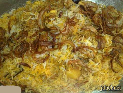 زربيان عدن بالدجاج وشرائح البصل المحمر من المطبخ اليمني