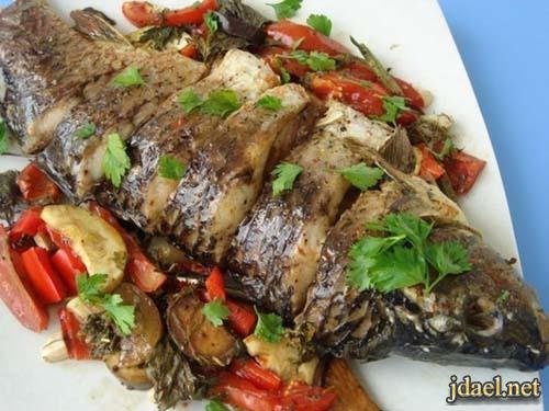 صينية سمك بانواع الخضار في الفرن وجبة شهية جدا