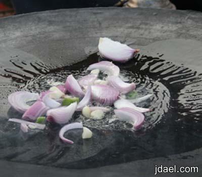 مقلقل سمك السلمون بالصاج على الفحم بالصور