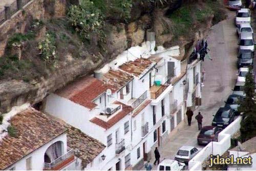 صور غريبة للطبيعة بناء مدينة تحت الصخور الجبلية اسبانيا