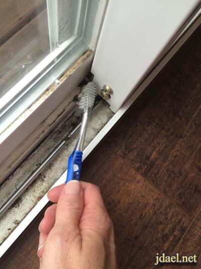 طريقة تنظيف مسارات نوافذ البيت باحتراف شركات التنظيف