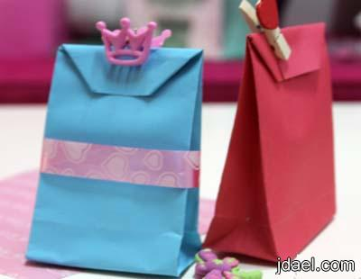 خطوات عمل اكياس الهدايا والتوزيعات بالورق الملون بيدك بالصور