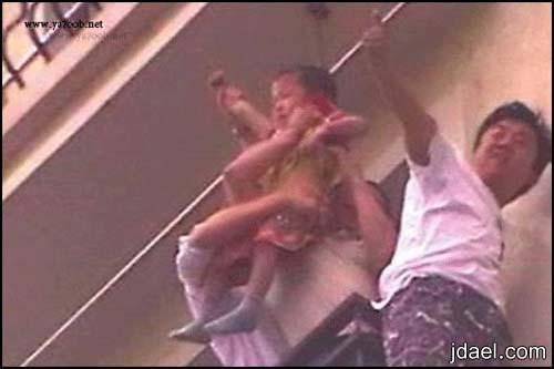 صور طفل صغير يسقط الدور الثامن وينقذه الموت جهاز التكيف