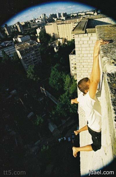 شاب يتميز بحب التصوير على ابراج الجوال والاماكن المرتفعه
