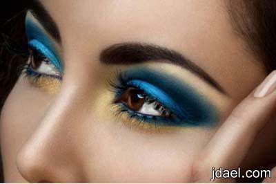ميكب ناعم باللون الكحلي وتدريج الازرق بالذهبي لتحديد العين للبنات